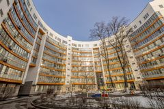 Fasaden av en ny mång--våning hyreshus i Moskva Royaltyfria Bilder