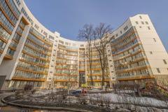 Fasaden av en ny mång--våning hyreshus i Moskva Fotografering för Bildbyråer