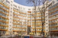 Fasaden av en ny mång--våning hyreshus i Moskva Royaltyfri Fotografi