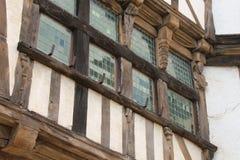 Fasaden av ett hus som placerades i Quimperle, Frankrike, byggdes, i halva-att timra Arkivbilder