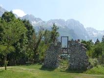Fasaden av ett hus av stenen fördärvar in i de albanska fjällängarna i norden av landet albacoren royaltyfri foto