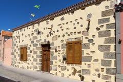 Fasaden av ett landshus med den stängda dörren och fönster Fotografering för Bildbyråer