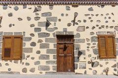 Fasaden av ett landshus med den stängda dörren och fönster Arkivbilder
