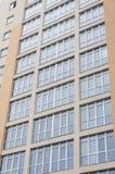 Fasaden av ett nytt hus med stora fönster Royaltyfri Foto