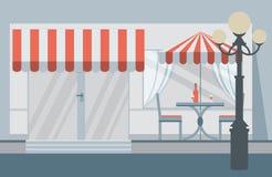 Fasaden av kafét med paraplyer, stolar, tabeller Arkivbild