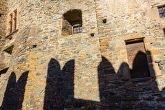fasaden av slotten av Fenis i Aosta Valley med dess stadsväggar och dess defensiva towethefasad av slotten av Fenis arkivbilder