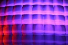 Fasaden av volymen av kuber med purpurfärgad lynnebelysning Fotografering för Bildbyråer