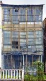 Fasaden fördärvar in och omkring att kollapsa från en mycket gammal trähou Royaltyfria Bilder
