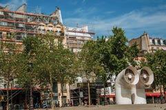 Fasader av byggnader i fyrkant med shoppar och avgasrörrörledningar på Paris Royaltyfri Fotografi