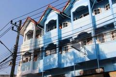 Fasader av byggnader som byggdes i Chiang May, Thailand, målades i blått royaltyfri foto