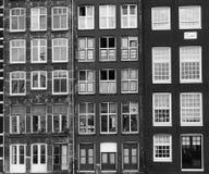 Fasader av hus i gammal stad i Amsterdam Arkivfoton