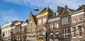 Fasader av hus i gatan Steegoversloot, Dordrecht, Nederländerna arkivfoton