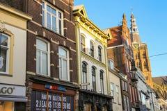 Fasader av hus med shoppar i den holländska staden Den Bosch Arkivbild