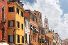 Fasader av husen på gatan i Venedig Royaltyfri Bild