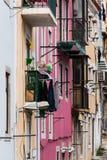 Fasader av klassiska europeiska hyreshusar i gammal stadstre Royaltyfri Bild