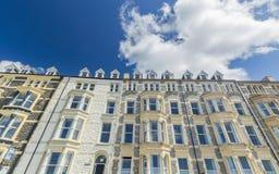 Fasader av kust- byggnader i ljust solljus Arkivfoton