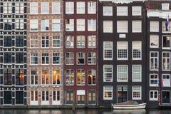 Fasader av traditionella färgrika holländska hus i Amsterdam, Holland arkivbilder