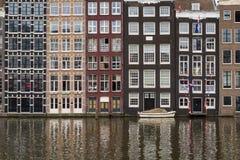 Fasader av traditionella färgrika holländska hus i Amsterdam, Holland royaltyfria foton