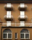 Fasader och balkonger, CortinadAmpezzo, Italien Royaltyfri Foto