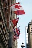Fasadgarnering av den Union Jack flaggan och den kanadensiska flaggan Royaltyfri Fotografi