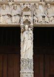 Fasadhelgonstatyer av statyer för helgon för Notre Dame domkyrkafasad arkivbild
