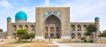 Fasadmadrasas i den Registan fyrkanten i Samarkand royaltyfri fotografi