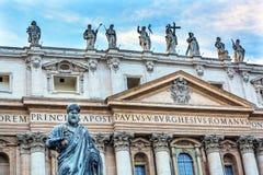Fasadowa statusu świętego Peter ` s bazylika Wpisuje statuę Watykański Rzym Ja Zdjęcia Royalty Free