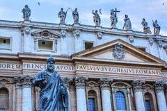 Fasadowa statusu świętego Peter ` s bazylika Wpisuje statuę Watykański Rzym Włochy Fotografia Royalty Free