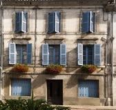 Fasadowi błękitni okno kwiaty Brantome Francja Zdjęcia Royalty Free