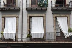 Fasadowi budynku szczegółu balkony z białymi zasłonami w El Urodzonej ćwiartce Barcelona zdjęcia stock