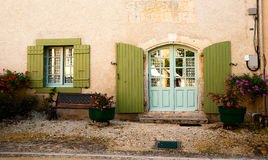 Fasadowi drzwiowi nadokienni ławka kwiaty Zdjęcia Stock