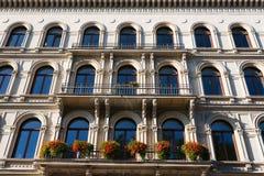 Fasadowy budynek i kwiaty w przodzie Zdjęcia Royalty Free