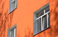 Fasadowy budynek z menchii ścianami i rzędami plastikowi okno zdjęcie stock