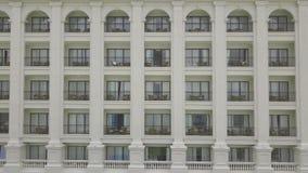 Fasadowy luksusowy hotel w kurorcie z balkonowym widokiem od latającego trutnia Plenerowej architektury nowożytny budynek mieszka zbiory wideo