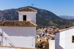 Fasady biali domy z kafelkowymi dachami Hiszpański stary miasteczko Finestrat budują w górach zdjęcie royalty free