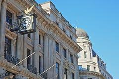 Fasady budynki na królewiątka William ulicie w pieniężnym okręgu miasto Londyn z rzeźbami, cyzelowaniami i zegarem, Obrazy Stock