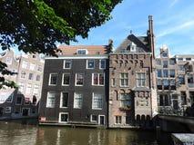 Fasady i architektura budynki w Amsterdam na jasnym dniu zdjęcia royalty free