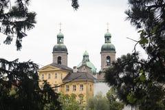 Fasady typowi domy i katedra w Innsbruck, Austria obraz stock