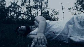 Fasaplats av en läskig kvinna lager videofilmer