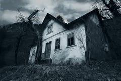 Fasaplats av ett övergett hus arkivfoto