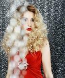 Fascínio. Mulher à moda lustrosa - brilho. Magnetismo Imagens de Stock