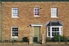 Fascade av ett nytt hus med den gröna dörren Royaltyfri Bild