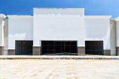 Fascade vide de nouvelle construction au détail Photos libres de droits