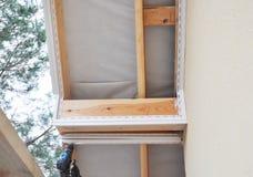 Fasce de PVC et installation de soffite Fermez-vous sur l'installation de soffite et de fasce Construction de toiture photo stock