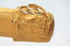 Fasce di cerimonia nuziale su champagne Fotografia Stock