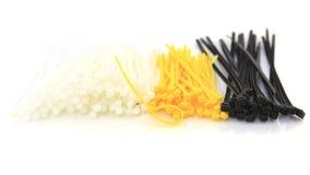 Fascette ferma-cavo colorate isolate contro fondo bianco fotografie stock