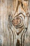 Fasci di legno strutturati isolati con un rimorchio nel vecchio telaio di verticale della casa Blured Fotografia Stock Libera da Diritti