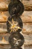 Fasci di legno strutturati isolati con un rimorchio nella vecchia casa Fotografie Stock