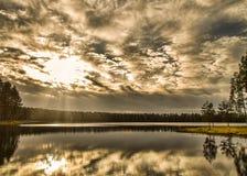 Fasci di Sun sopra il lago Immagine Stock