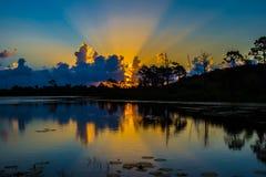 Fasci di Sun sopra il lago ad alba Fotografie Stock